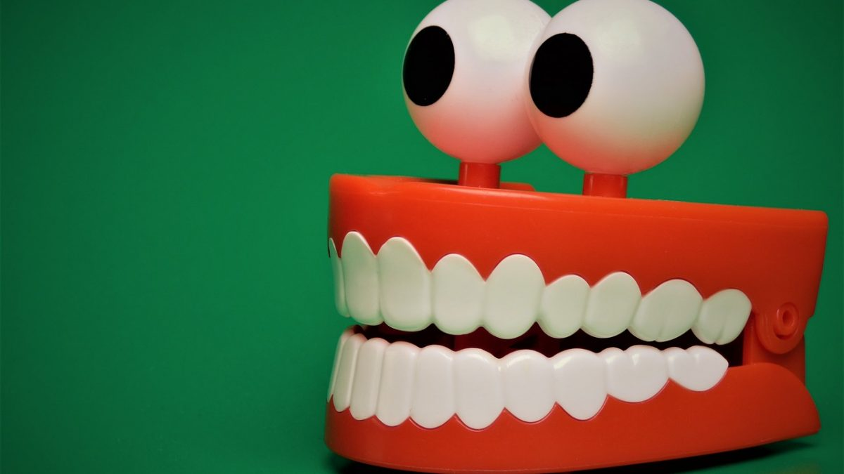 Dentadura con ojos