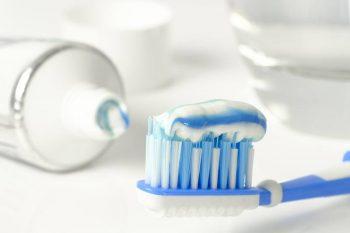 Cepillo de dientes y pasta