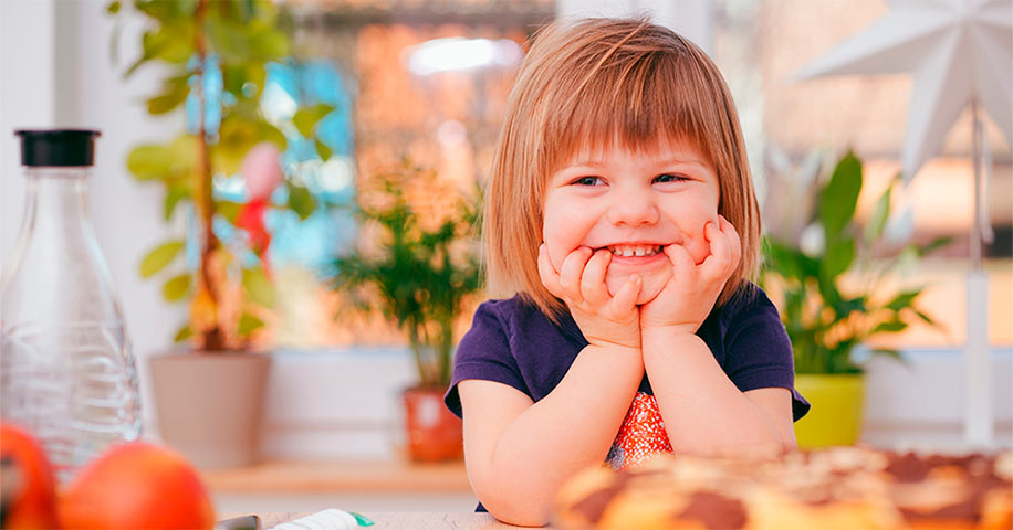 niña con dientes de leche